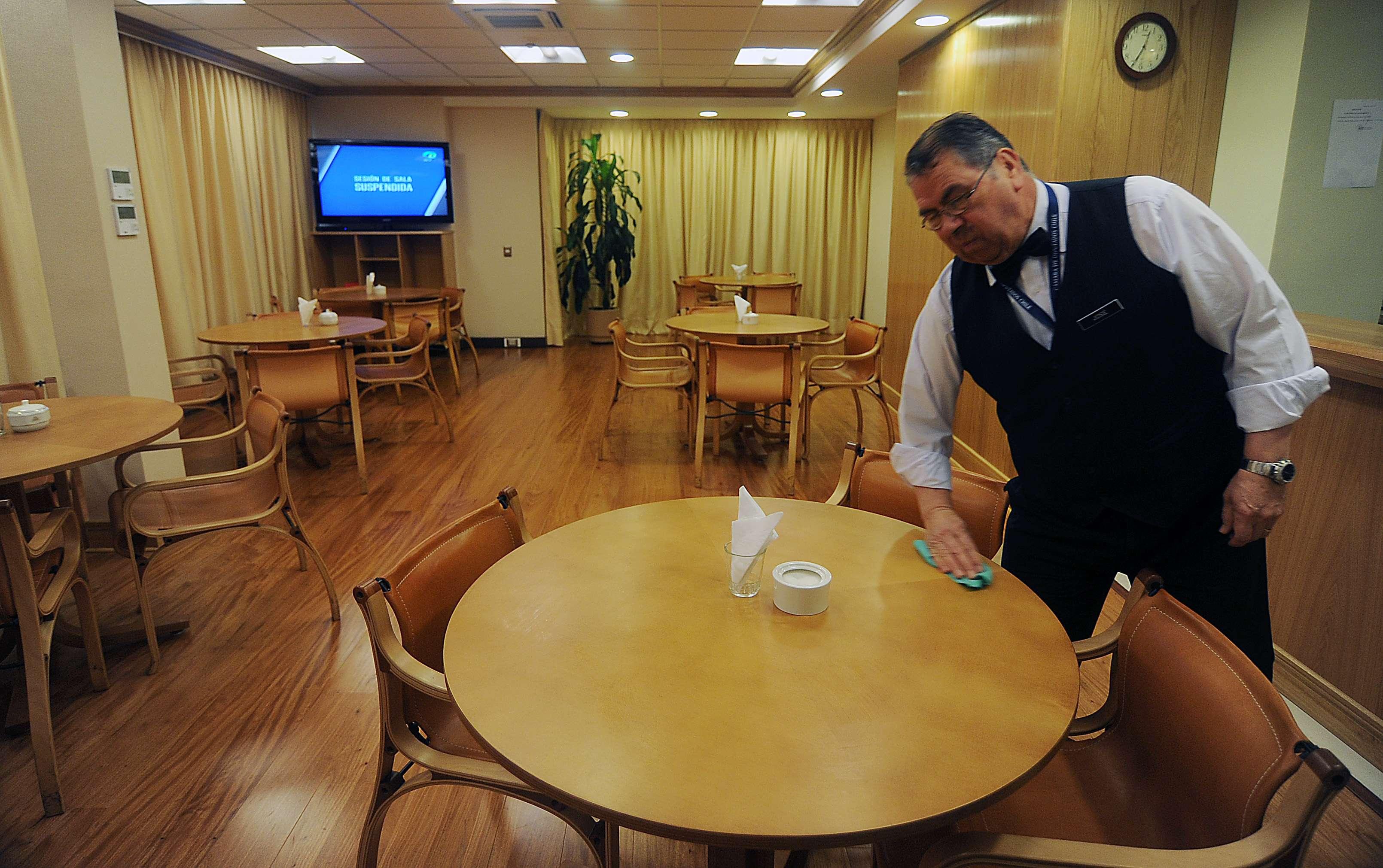 El presidente de la Cámara de Diputados Aldo Cornejo muestra a la prensa la polémica cafetería VIP de los parlamentarios en el Congreso que habría costado cerca de $772 millones. Foto: Agencia Uno