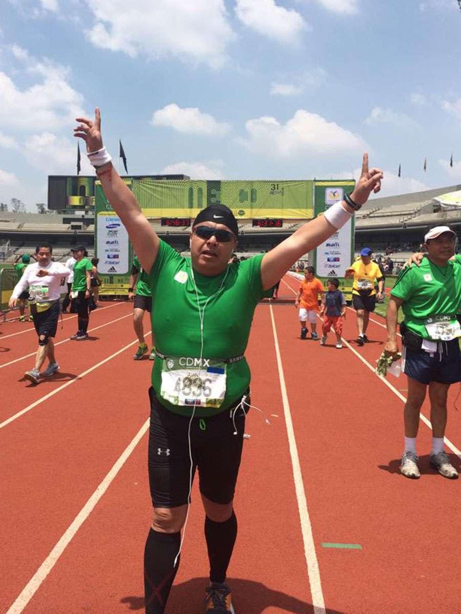Ya entrada la tarde, Juan Carlos cruzó la meta en la pista de tartán del Estadio Olímpico para completar su primer 42K. Foto: cortesía Juan Carlos Abreu