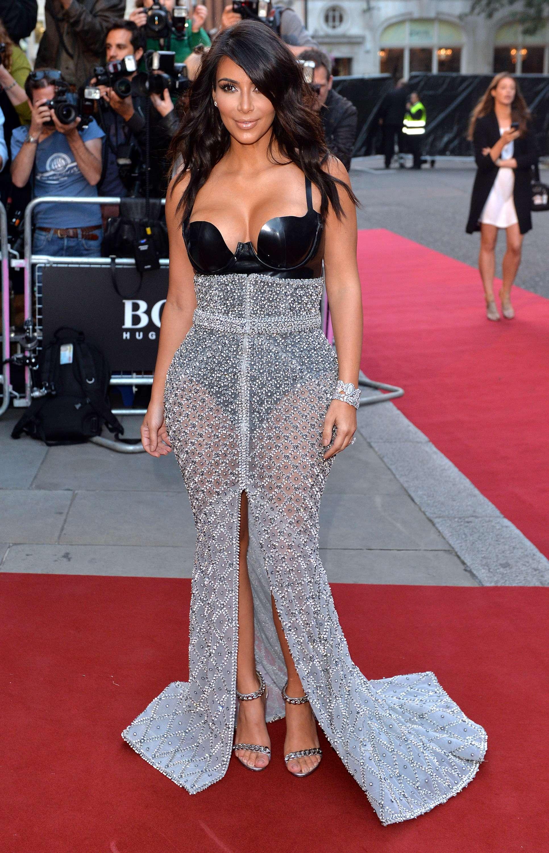 Kim Kardashian no fue la más acertada con este vestido de falda transparente y bustier negro metálico. Foto: Getty Images