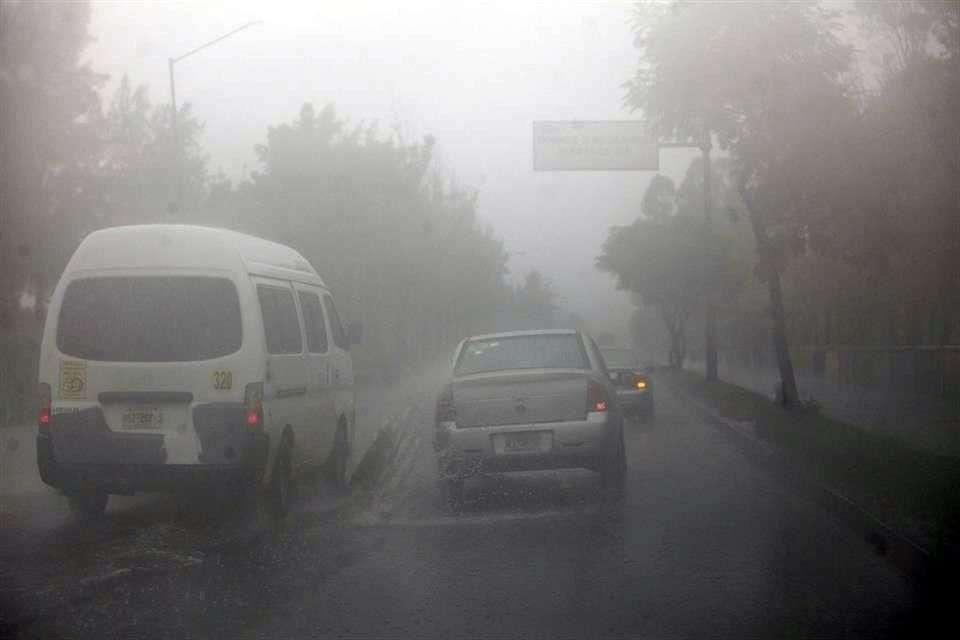 Aunado a la lluvia, otro aspecto que afectó la buena circulación vial fue la neblina Foto: Reforma/Gabriel Jiménez