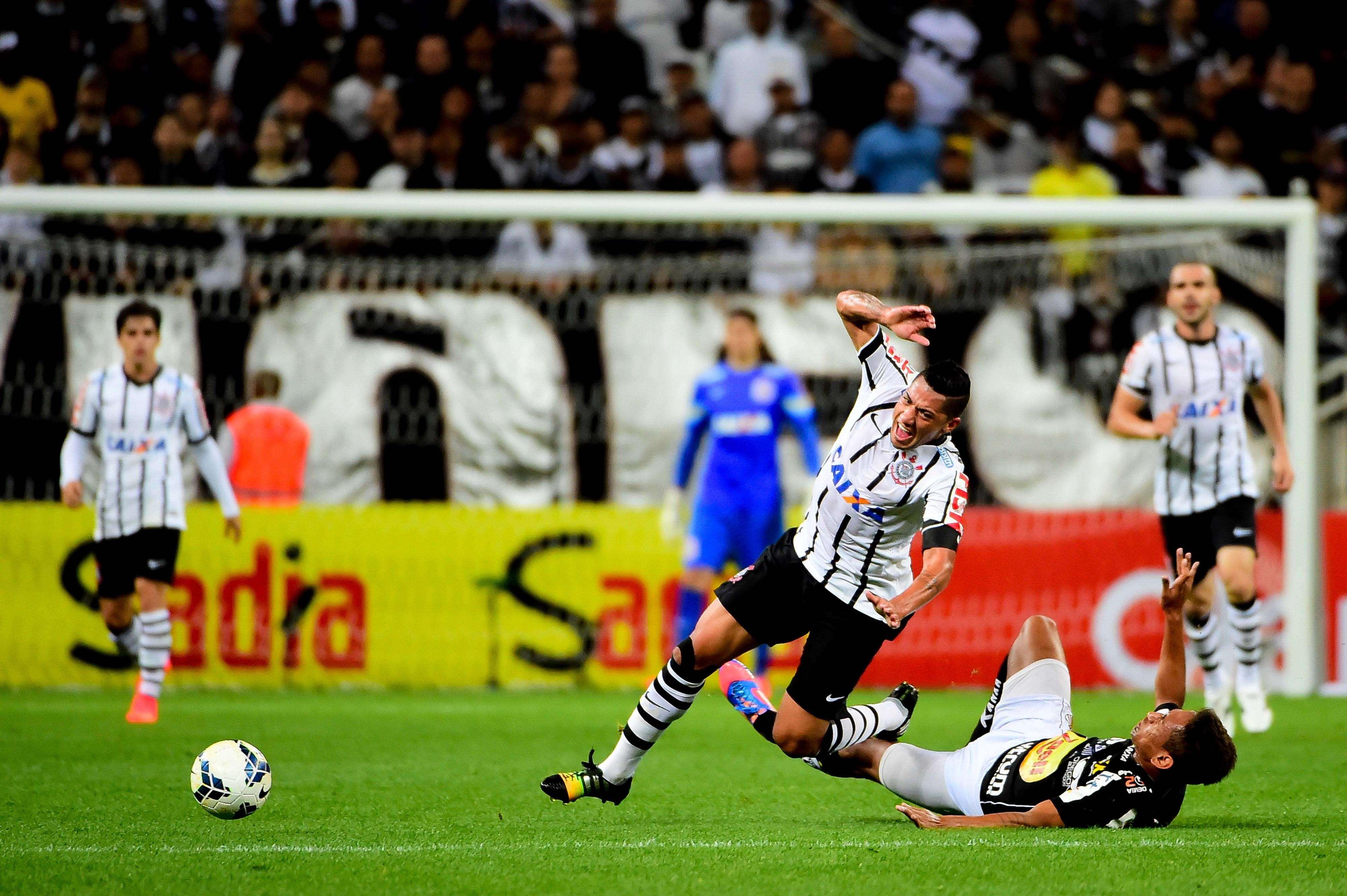 Ralf sofre com a marcação do Bragantino Foto: Sergio Barzaghi/Gazeta Press