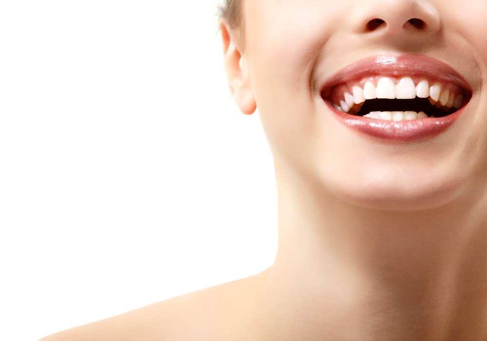 Soluções caseiras podem ajudar a deixar a aparência dos dentes mais branca Foto: vita khorzhevska/Shutterstock