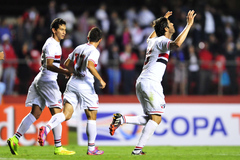 Kaká comemora segundo gol no duelo entre São Paulo e Criciúma no Morumbi Foto: Helio Suenaga/Gazeta Press