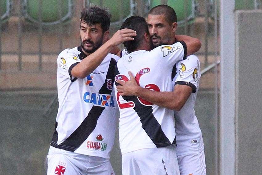 Douglas Silva marca de cabeça após bate-rebate da zaga do América-MG Foto: Marcelo Sadio/Vasco/Divulgação