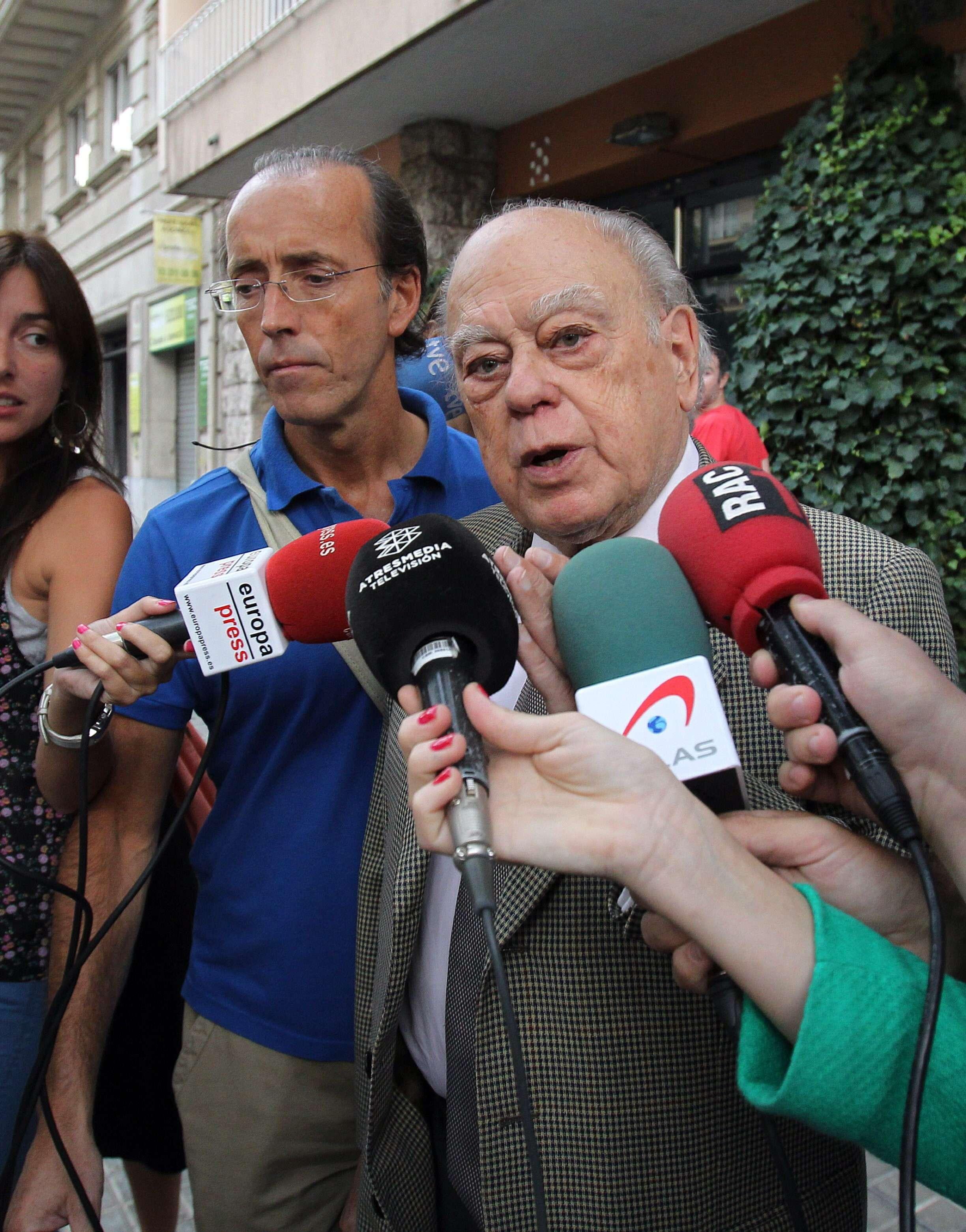 El expresidente de la Generalitat Jordi Pujol, interpelado por varios medios de comunicación ayer por la mañana a las puertas de su domicilio en Barcelona. Foto: EFE