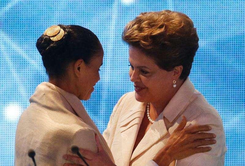 La candidata presidencial Marina Silva y la presidenta brasileña Dilma Rousseff se saludan antes de su primer debate televisivo, Sao Paulo, 26 ago, 2014. La presidenta brasileña Dilma Rousseff, del Partido de los Trabajadores (PT), y la candidata del Partido Socialista Brasileño (PSB), la ambientalista Marina Silva, empatarían en la primera vuelta de los comicios presidenciales de octubre, mostró el sábado un sondeo, ante una estabilización del meteórico ascenso en el apoyo a Silva. Foto: Paulo Whitaker/Reuters