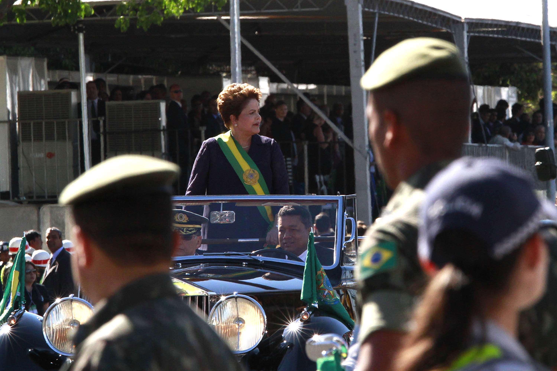 Dilma desfila em carro aberto em Brasília nas celebrações de 7 de setembro Foto: Beto Nociti/Futura Press