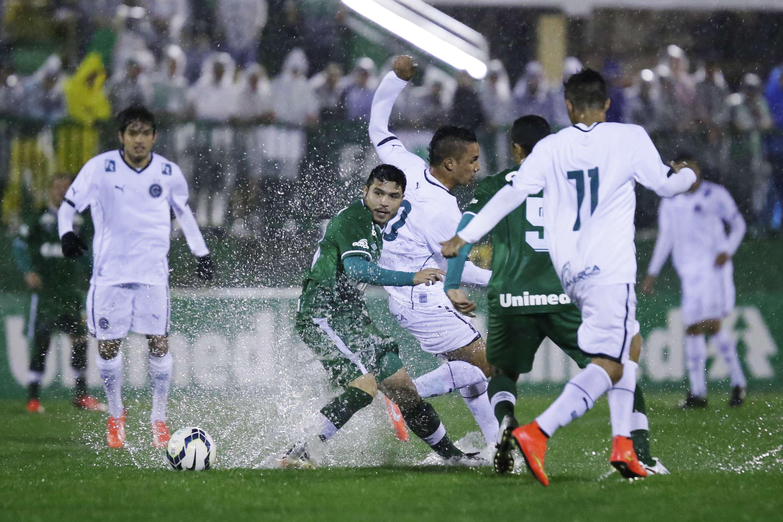 Jogadores são castigados por forte chuva em Chapecó Foto: Marcio Cunha / AGIF/Gazeta Press