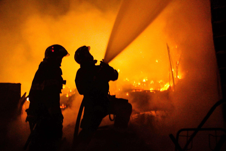Bombeiros demoraram mais de três horas para controlar o incêndio na favela Foto: Vinícius Gonçalves/Futura Press