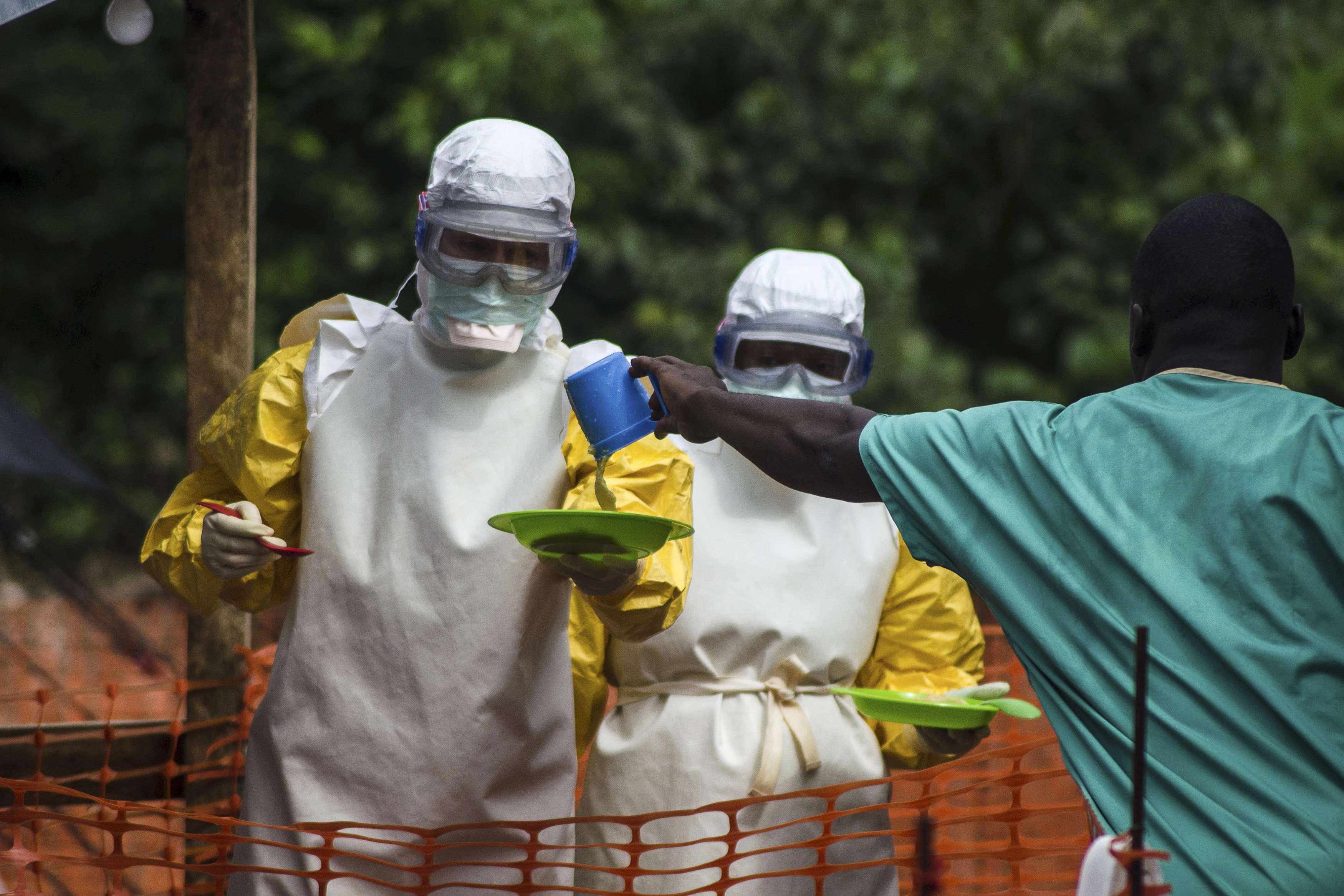 Agentes de saúde da organização Médicos Sem Fronteiras preparam alimentos para pacientes com ebola em Serra Leoa Foto: Tommy Trenchard/Reuters