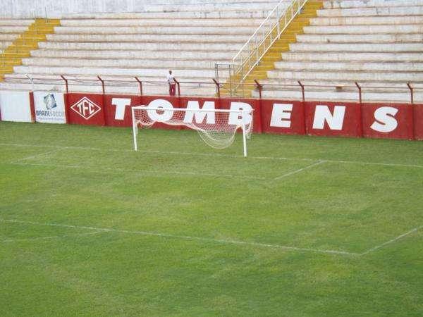 Arquibancadas do estádio do Tombense são muito próximas ao campo Foto: Tombense.com.br/Divulgação
