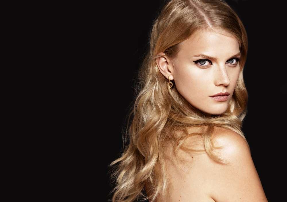 Após clarear o cabelo use produtos específicos para cabelo loiro e mantenha a rotina de hidratação Foto: Lenaer/Shutterstock