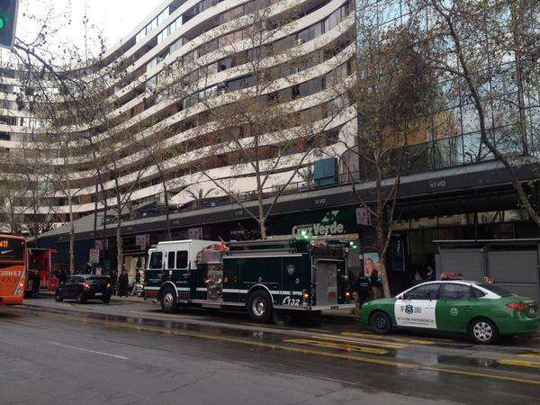 Un amago de incendio se produjo en una tienda en el mall panorámico en la comuna de Providencia. Bomberos llegó a conrolar la emregencia y se dispuso la evacuación de manera preventiva. Foto: Twitter