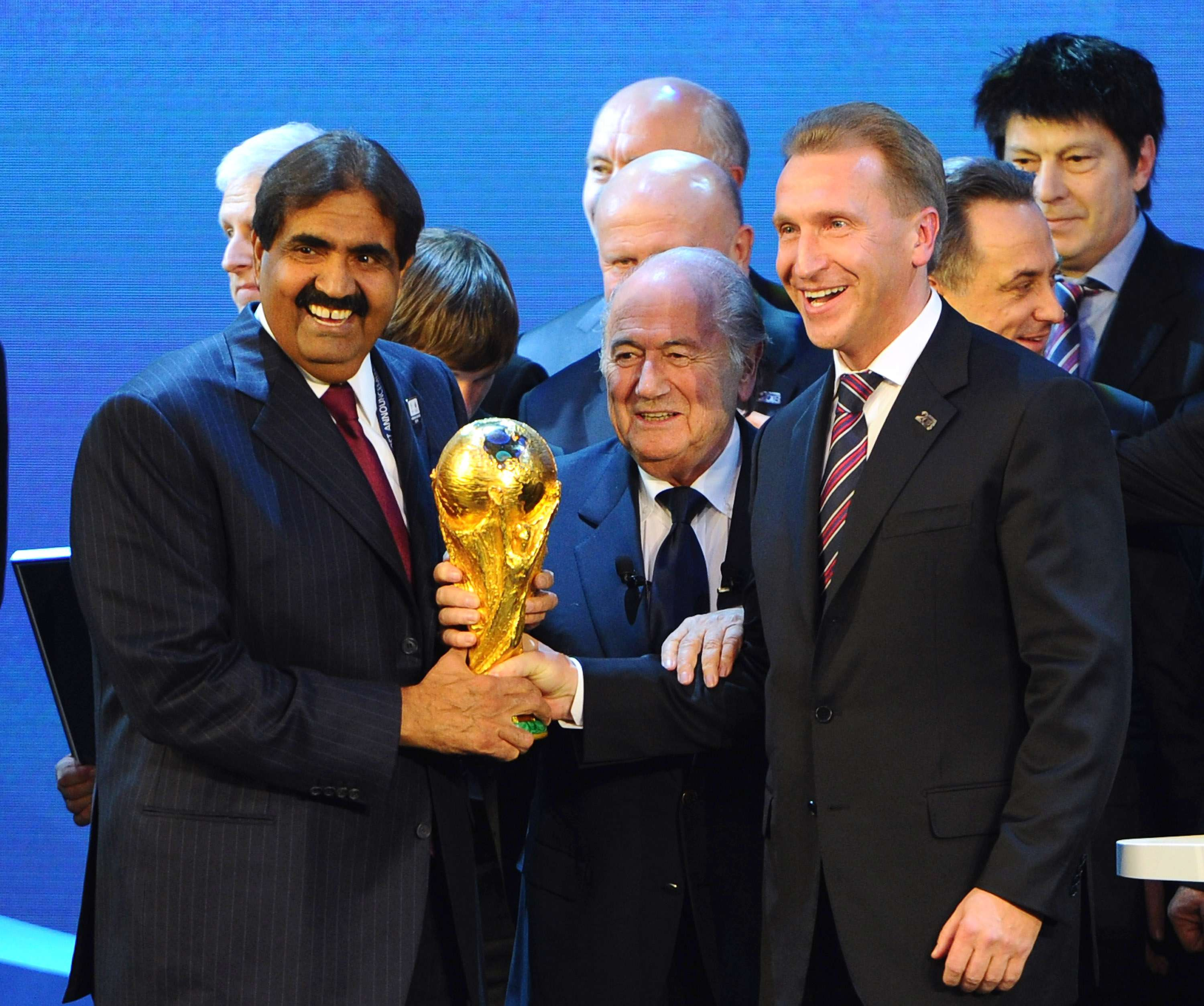 Sheikh Hamad bin Khalifa Al-Thani the Emir of Qatar and Deputy Russia Prime Minister Igor Shuvalov hold the FIFA World Cup trophy with FIFA President Joseph S. Blatter after Russia were awarded the 2018 World Cup and Qatar the 2022 World Cup on December 2, 2010 in Zurich, Switzerland Foto: Getty Images
