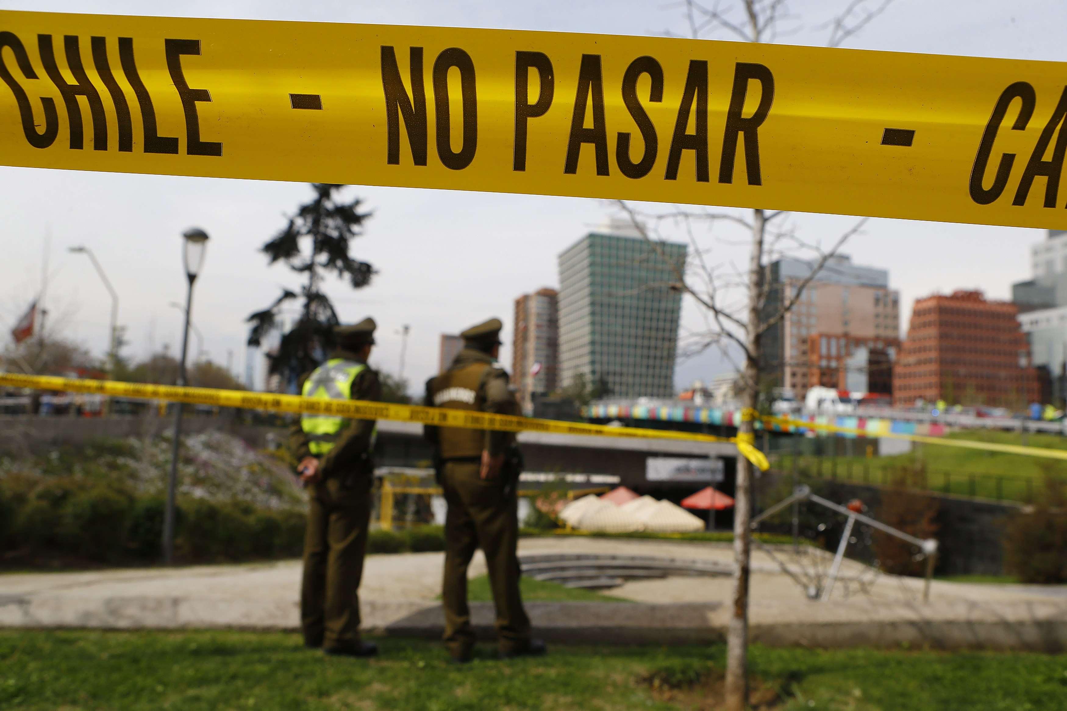 Policiais fecham área de metrô atingido por uma bomba Foto: Ivan Alvarado/Reuters