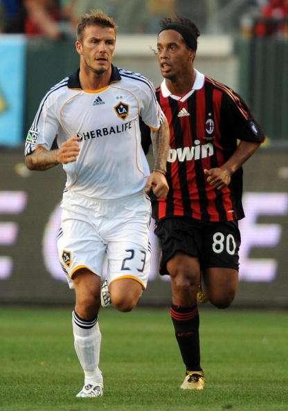 David Beckham y Ronaldinho en un partido del Galaxy contra el Milan. Foto: AFP