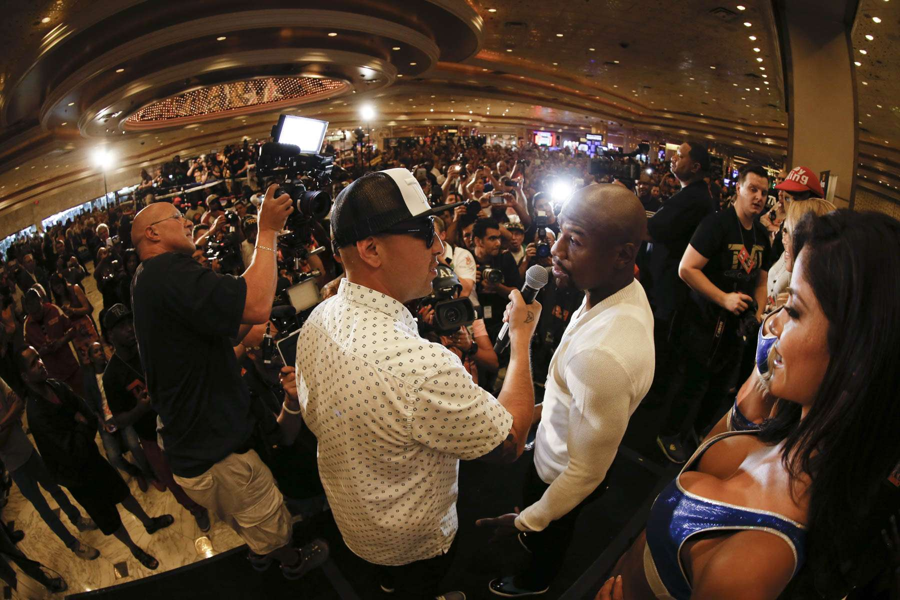 Floyd Mayweather Jr. y Marcos Maidana llegaron el 9 de septiembre al MGM Grand en Las Vegas, rumbo a su combate de revancha del 13 de septiembre. Foto: Esther Lin/SHOWTIME