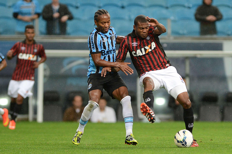 Zé Roberto e Marcelo disputam bola no meio-campo da Arena Foto: Edu Andrade / Fatopress/Gazeta Press