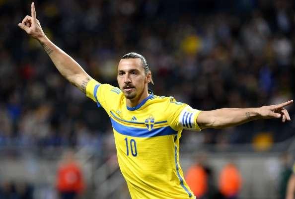 Ibrahimovic dio un fuerte codazo a David Alaba. Foto: AFP