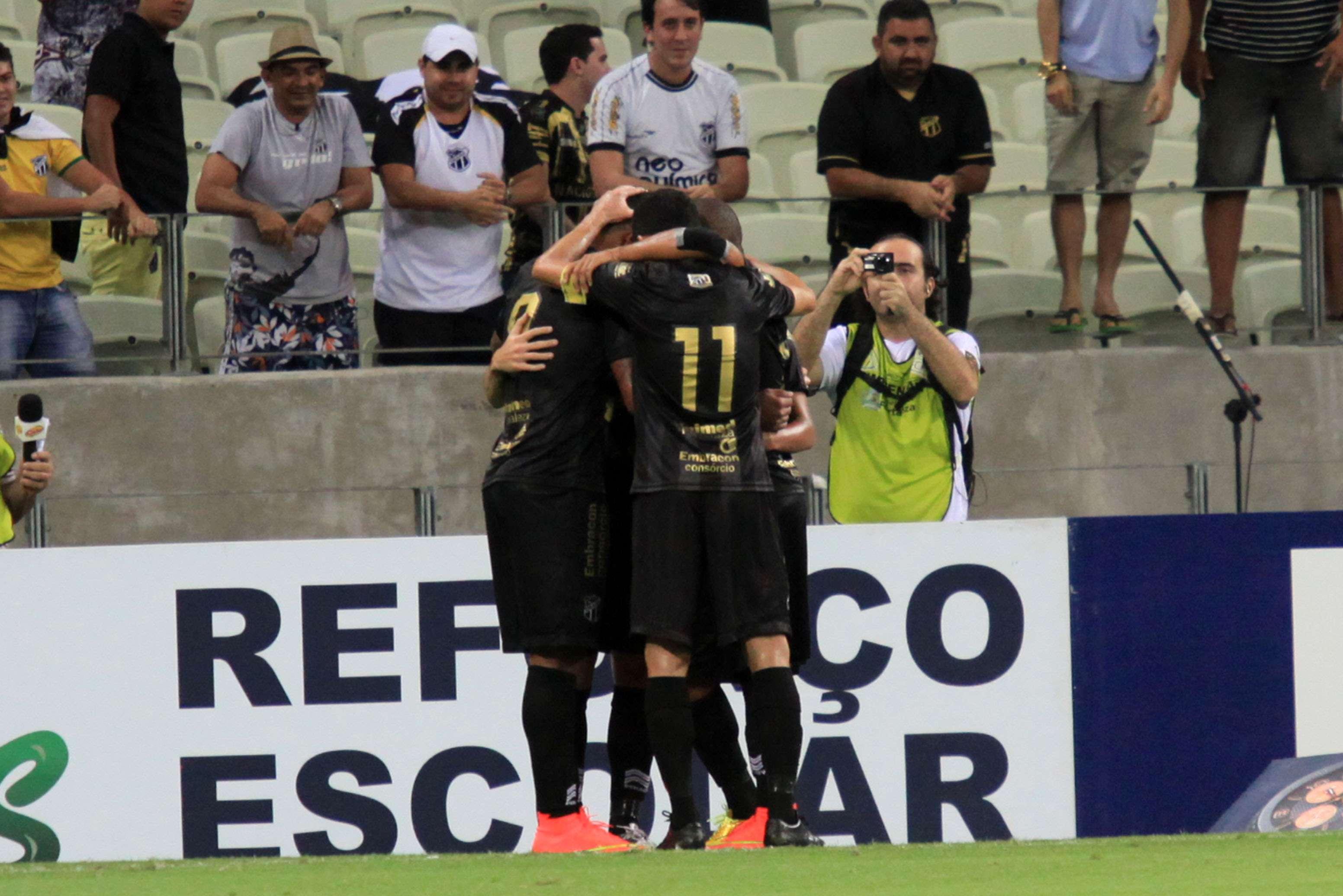 Jogadores do Ceará festejam gol de Magno Alves na goleada sobre o América-MG Foto: LC Moreira/Agência Lance