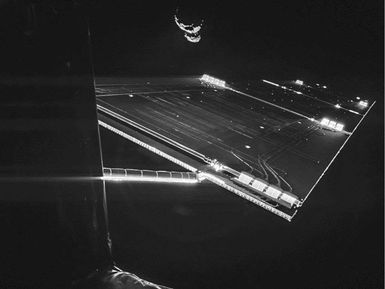 En la foto se ven las alas solares de Rosetta y al fondo, 67P/CG. Foto: ESA