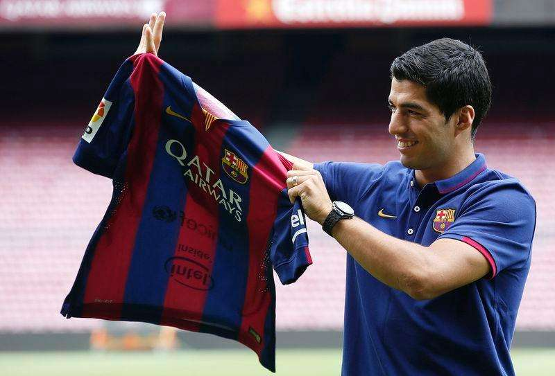Atacante Luis Suárez em apresentação oficial no estádio do Barcelona. 19/08/2014 Foto: Gustau Nacarino/Reuters