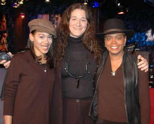 Martine (meio) é acompanhada da esposa Bina (direita) e da filha Jenesis (esquerda) durante ida ao programa de rádio do Howard Stern Foto: Martine Rothblatt/Divulgação