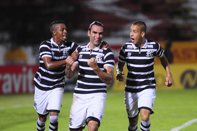 Santa Cruz venceu a Portuguesa com gol de Léo Gamalho Foto: Peu Ricardo/Agência Lance