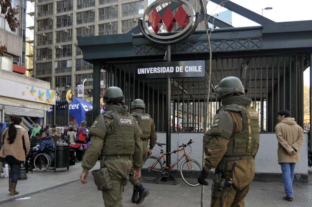 Un nuevo procedimiento policial realizó el Grupo de Operaciones Policiales Especiales de Carabineros ante la presencia de un objeto abandonado, lo que obligó la evacuación de todas las personas de la estación del Metro Universidad de Chile, en pleno centro de Santiago. Finalmente se descartó la presencia de un explosivo Foto: UPI