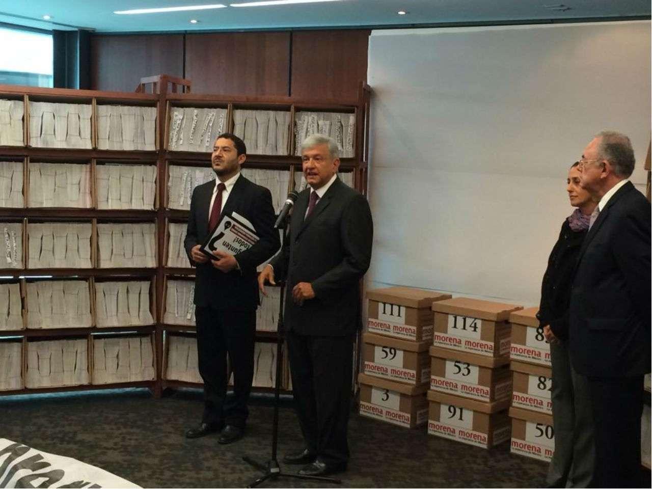 El senador tabasqueño Adán Augusto López tuiteó una foto de López Obrador al entregar las firmas que recolectó Morena para la consulta energética. Foto: @adan_augusto/Twitter
