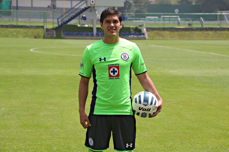 Xavier Baez modela la playera verde de Cruz Azul. Foto: Imago7