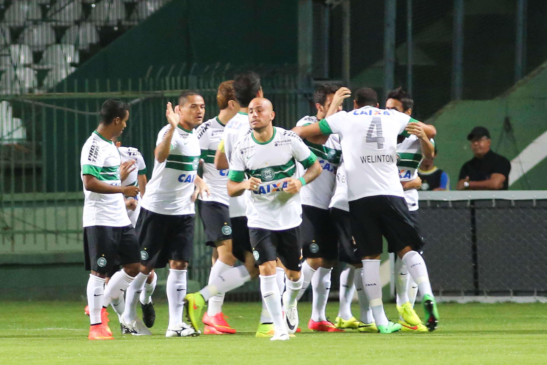 Jogadores do Coritiba festejam gol na Chapecoense Foto: Joka Madruga/Futura Press