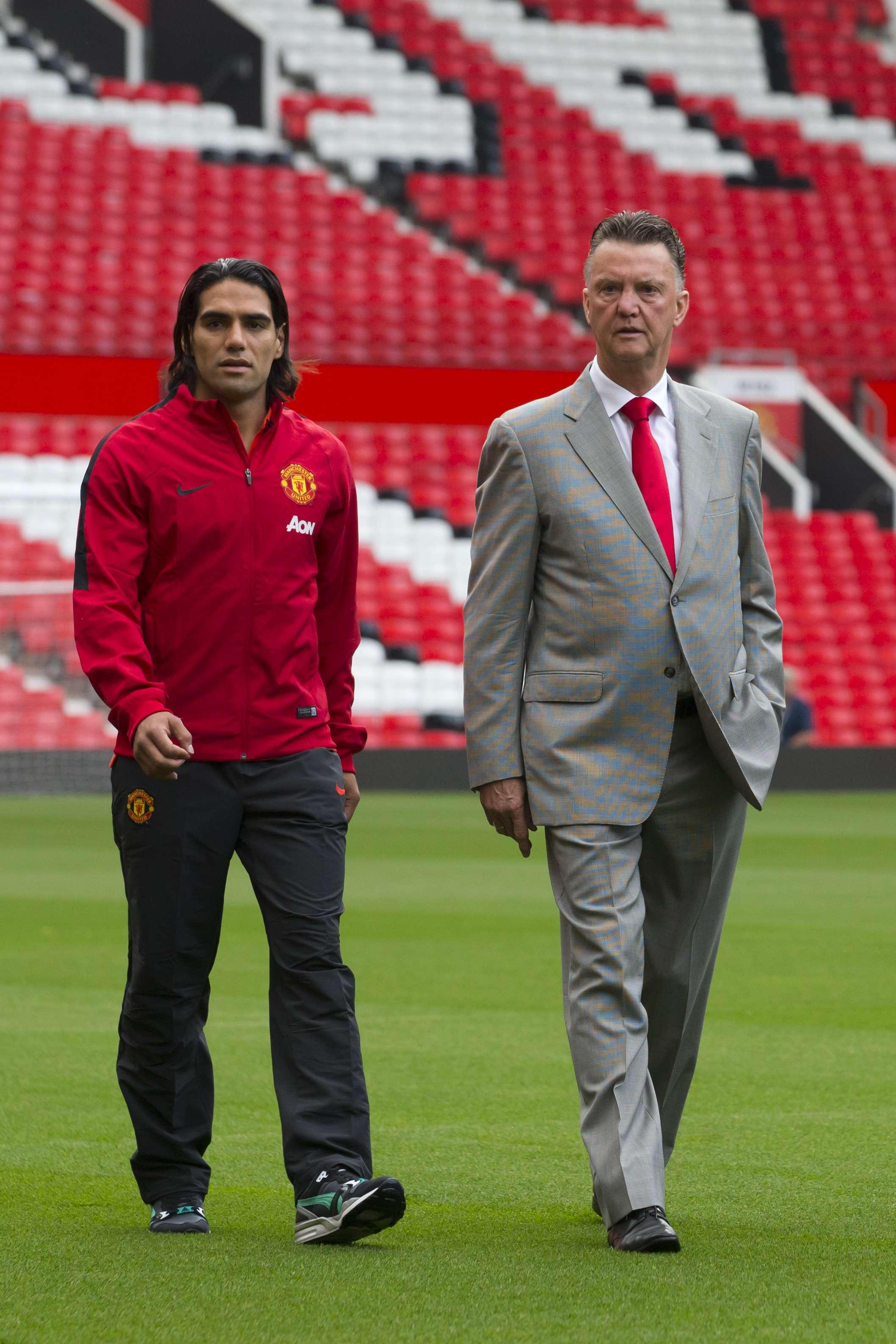 En compañía del director técnico Louis Van Gaal, Manchester United hizo la presentación oficial del colombiano Radamel Falcao y del holandés Daley Blind como jugadores del equipo inglés para la temporada 2014-2015 Foto: AFP en español