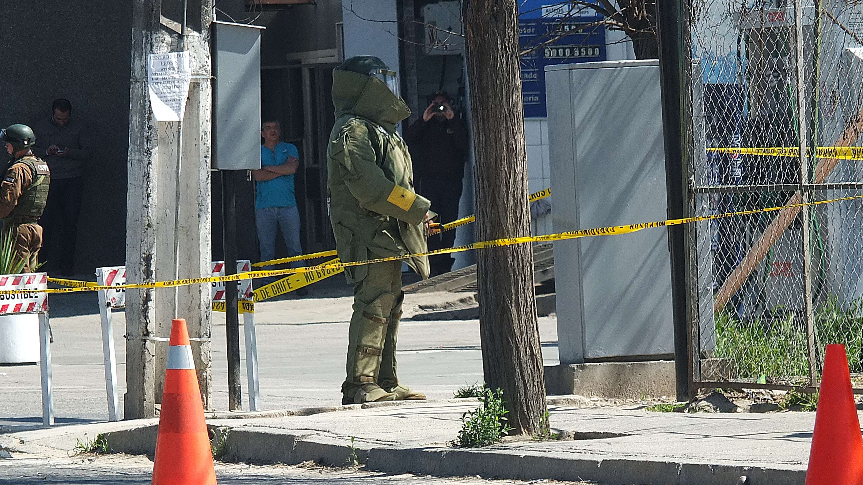 Un maletín olvidado alertó al GOPE de Carabineros, quienes realizaron el procedimiento policial de rigor en la calle Frei en Belloto, en la comuna de Quilpué. Foto: Agencia Uno