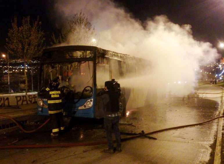 Así quedó el bus del Transantiago Foto: @Bunster90