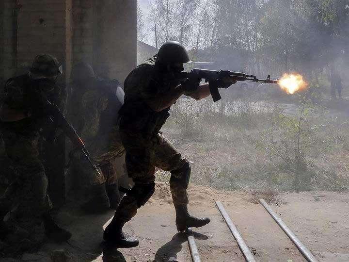 Un soldado ucraniano realiza ejercicios militares en un campo de entrenamiento cerca de Perlyavka, en Ucrania. Foto: EFE en español