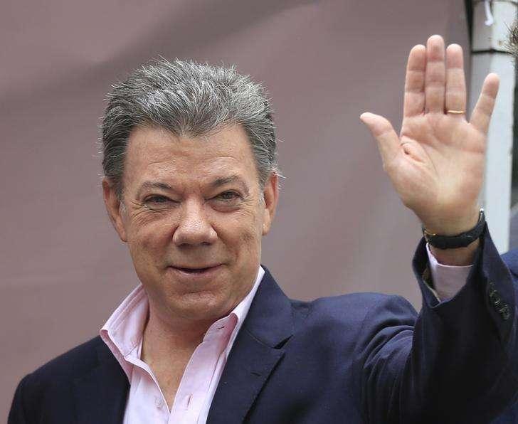 El presidente de Colombia, Juan Manuel Santos, saluda a la prensa en Bogotá. Imagen de archivo, 15 junio, 2014. Colombia se encamina a tener una tasa de cambio entre 2.000 y 2.100 pesos por dólar, dijo el jueves el presidente Juan Manuel Santos, quien aseguró que ese nivel es razonable y lo deja tranquilo. Foto: Jose Miguel Gomez/Reuters