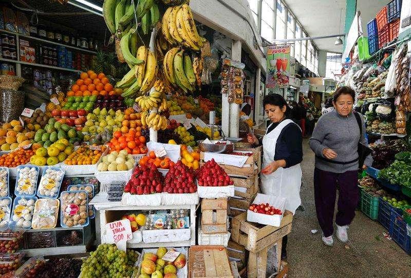 Mulher vende frutas em mercado de Surquillo, em Lima. 10/09/2014 Foto:  Mariana Bazo/Reuters