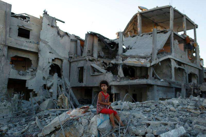 Menina nos destroços da casa da família em Gaza. Segundo testemunhas, a residência foi destruída por ataque aéreo de Israel. 12/08/2014 Foto: Siegfried Modola/Reuters