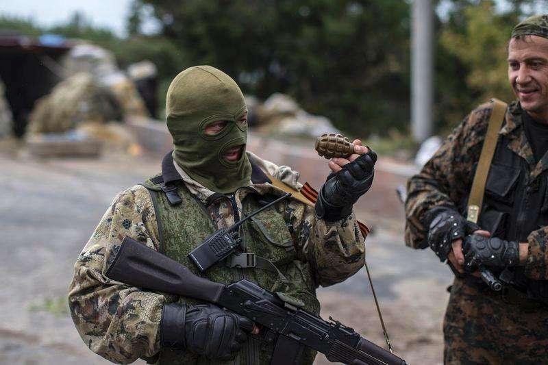Rebelde pró-Rússia segura granada em posto de verificação perto do aeroporto de Donetsk. 10/09/2014 Foto: Marko Djurica/Reuters