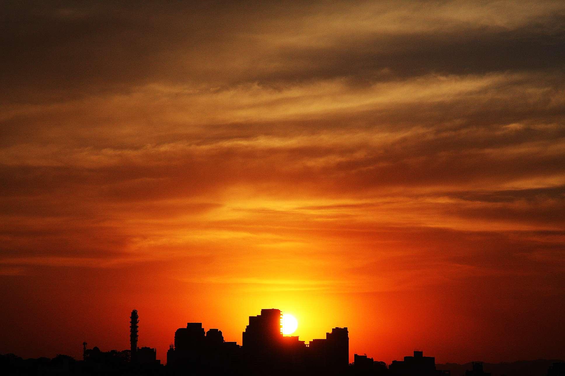 Pôr do sol desta quarta no Alto da Lapa, zona oeste da capital Foto: Paulo Laizo/vc repórter