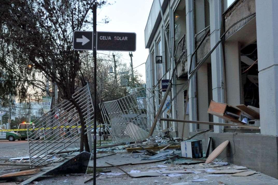 Un robo frustrado en el que se usó la detonación con saturación de gas dejó graves daños en una sucursal del banco BBVA en la comuna de San Joaquín. Un vehículo resultó con destrozos. Foto: UPI