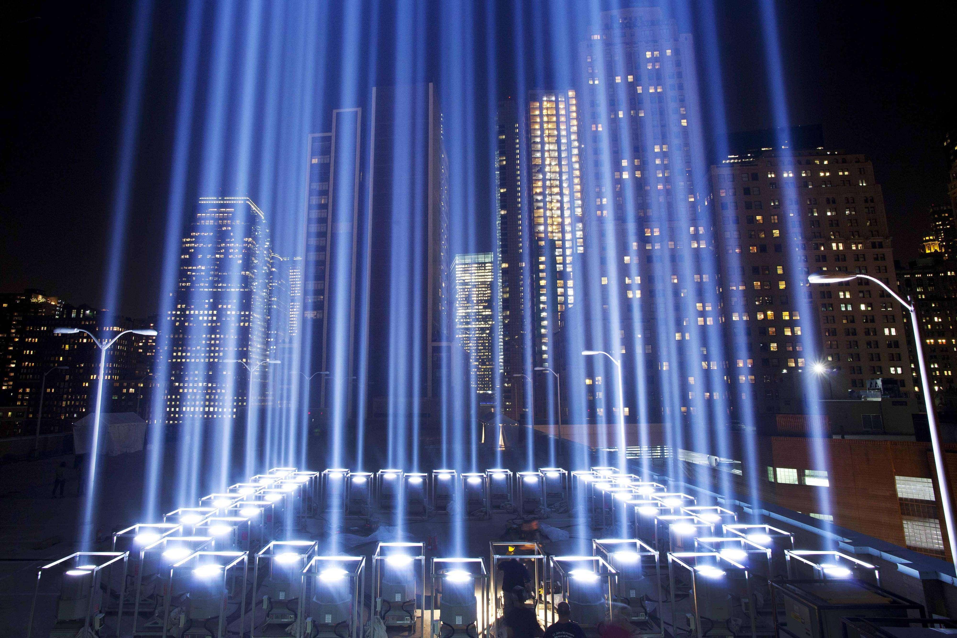 En esta imagen de archivo del 10 de septiembre de 2013, el Tributo de Luz se alza durante una rpueba en Nueva York. Foto: AP en español