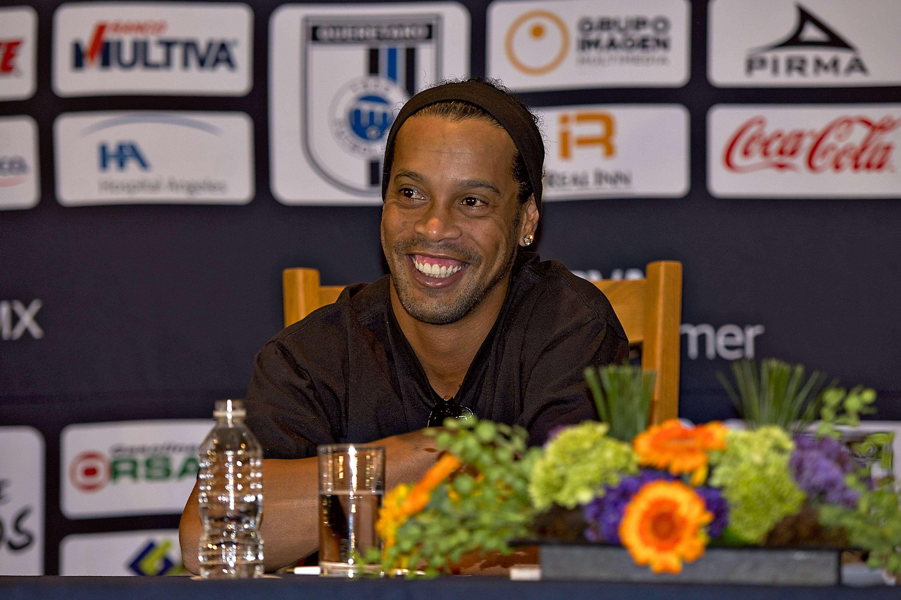 Ronaldinho vestirá los colores de Gallos Blancos de Querétaro Foto: Mexsports