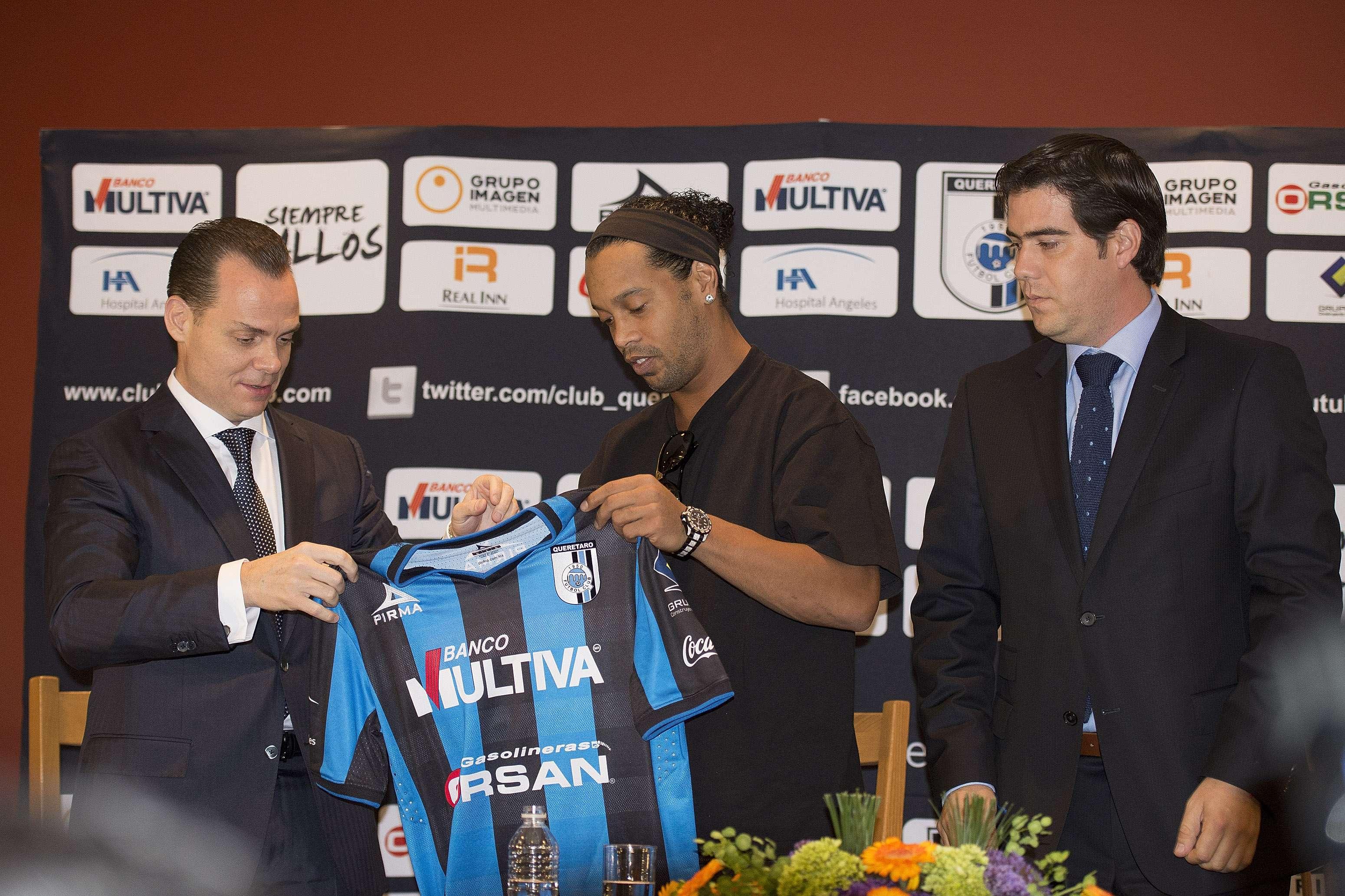 """Ronaldinho fue presentado oficialmente como nuevo jugador del Querétaro. El brasileño ofreció una conferencia de prensa en un hotel de la Ciudad de México y vistió por primera vez la camiseta de los """"Gallos Blancos"""" con el número 49. Foto: Mexsport"""