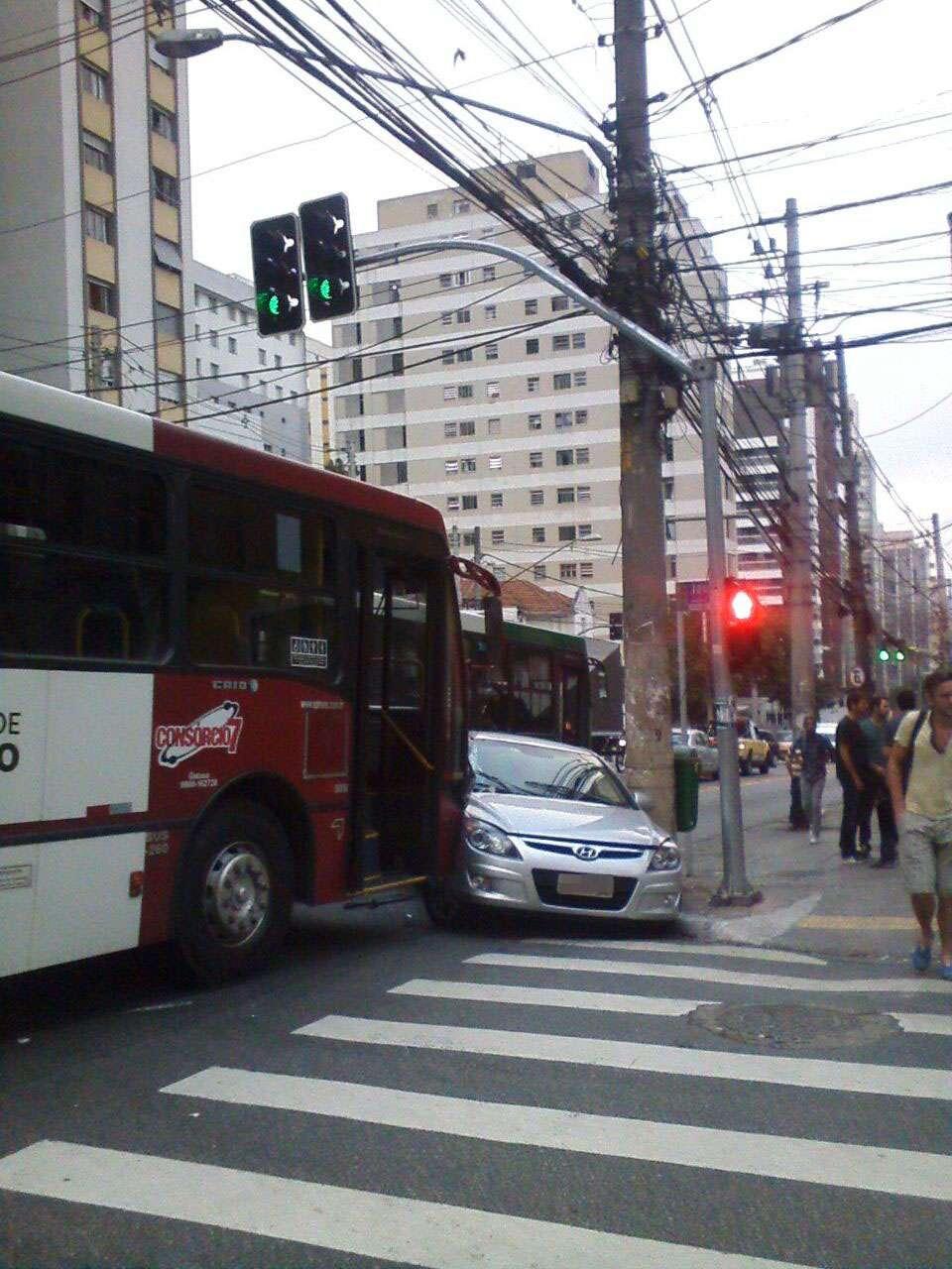 Ônibus e carro colidiram na alameda Jaú Foto: Diego Queiroz/vc repórter
