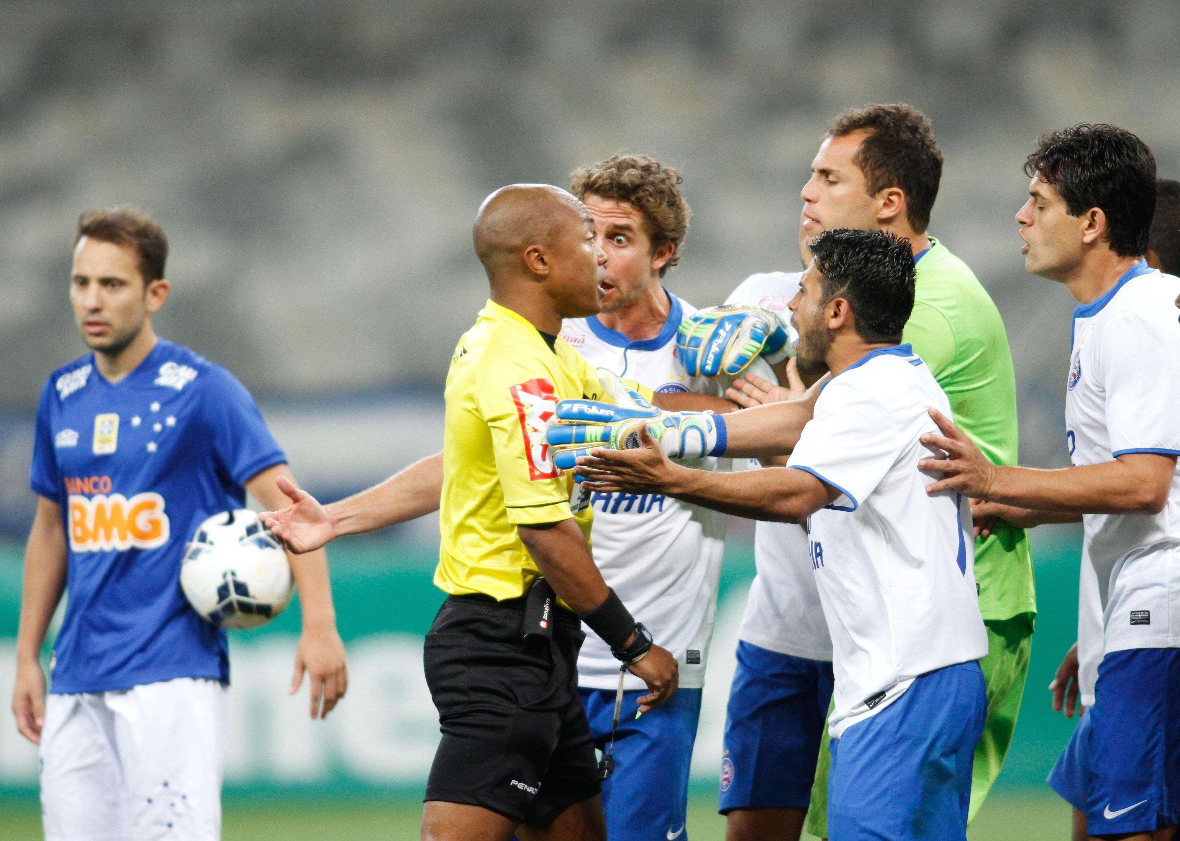 Árbitro Marcos Mateus Pereira é cercado pelo time do Bahia; Cruzeiro deslanchou e conseguiu a vitória depois de expulsão do zagueiro Titi Foto: Ramon Bittencourt/Agência Lance