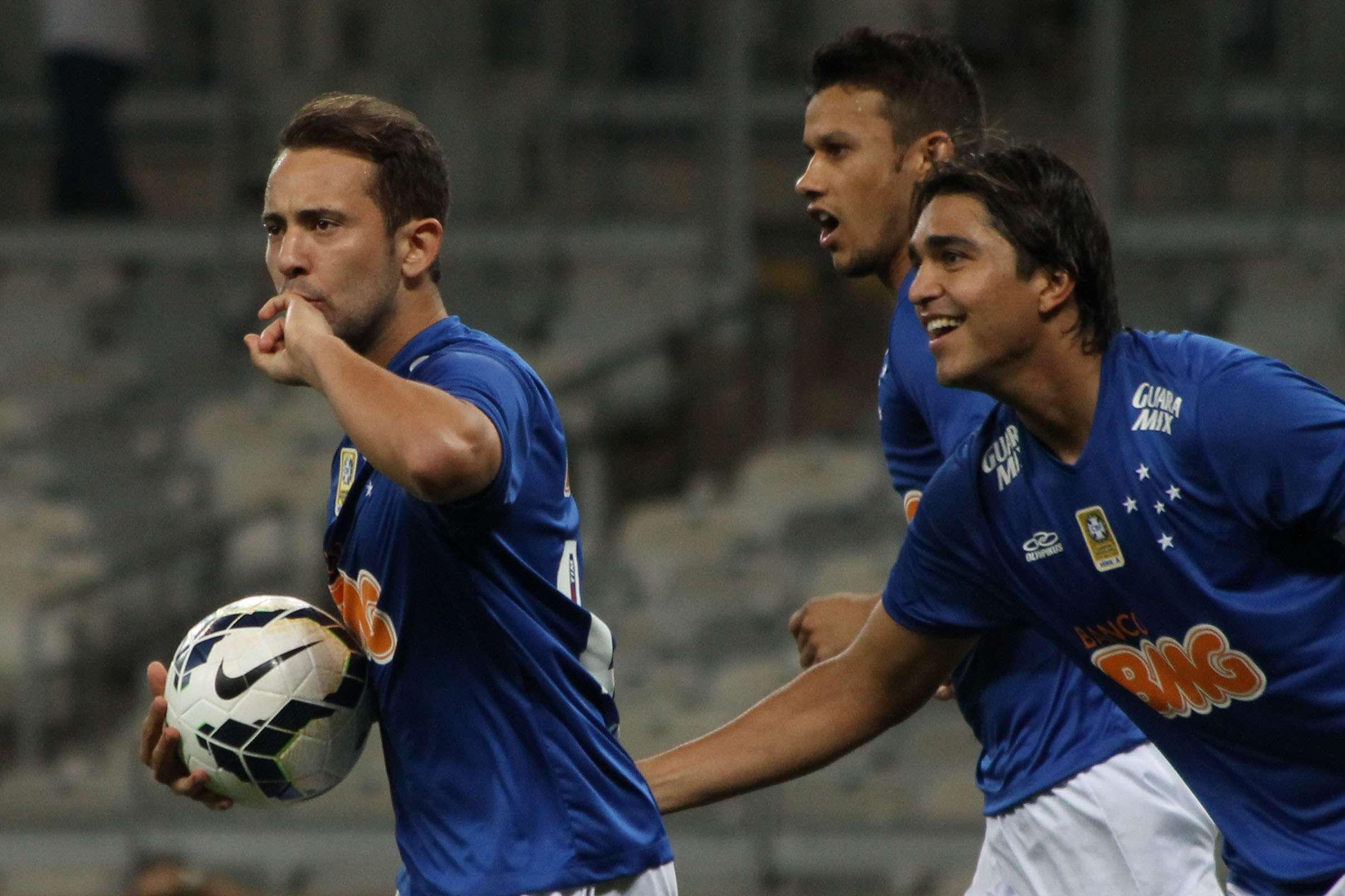Jogadores do Cruzeiro festejam gol de Everton Ribeiro no Mineirão Foto: Denis Dias/Gazeta Press
