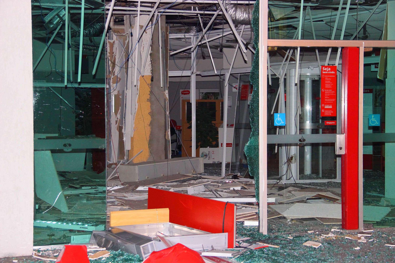 Caixas da agência do Banco Santander ficaram destruídos após as explosões Foto: Nivaldo Lima/Terra