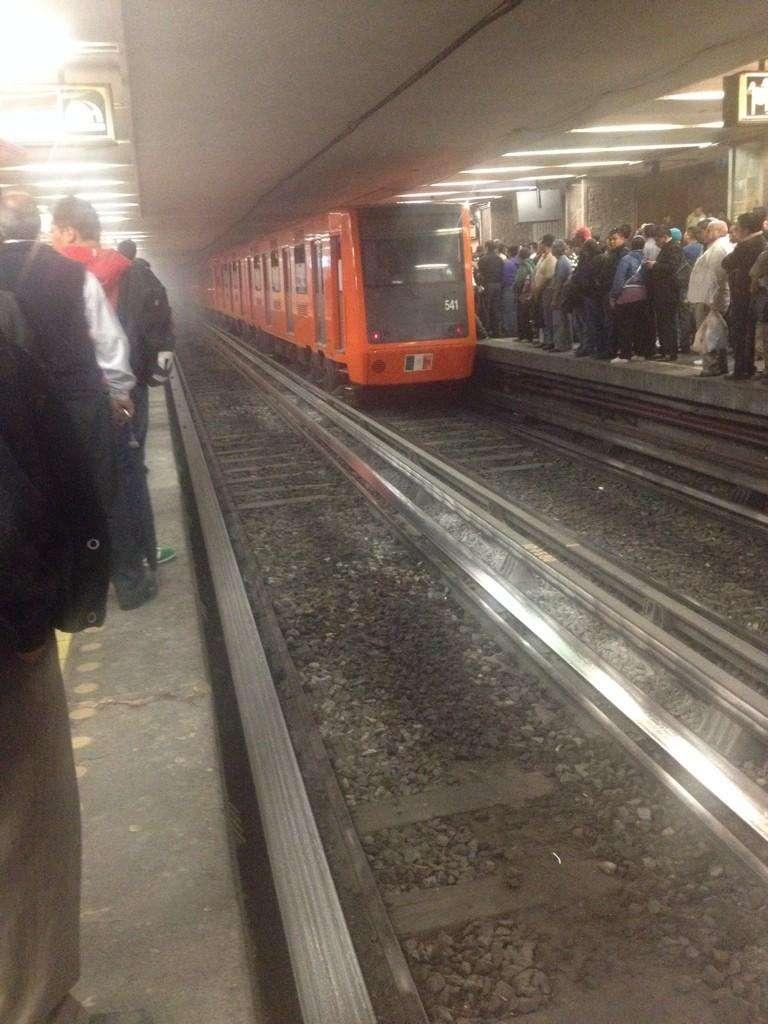 Una explosión en las vías de Insurgentes del Sistema de Transporte Colectivo (STC) Metro ocasionó el cierre temporal de la estación y retrasó el funcionamiento de vagones en toda la Línea 1. Foto: Twitter @alan_r_gallardo